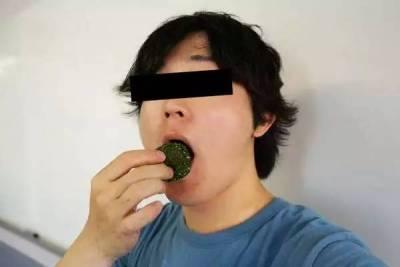 日本搞笑達人,又出新招,他嫌章魚燒 御飯糰的海苔太少,發明一台超強吹風機,最後結果...