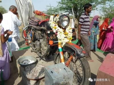 一舉封神,這輛被無數印度人磕頭膜拜保平安摩托車…它的故事,成了玄幻...