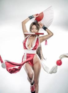 韓國coser神還原「乳搖神角不知火舞」,性感高衩「一字劈腿」若隱若現連非遊戲迷都「招架不住」狂噴血!