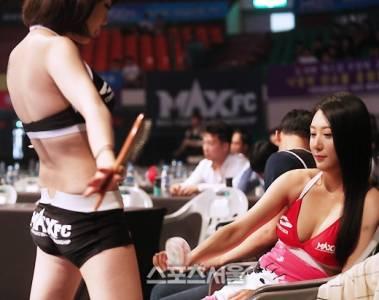 南韓車展模特兒的爭奇鬥豔,根本就是在「搏命」般使出渾身解數,沒想到這名心機妹,讓男車迷瞬間噴射了!