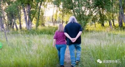 跟最愛的人做最愛的事…這對沉浸在怪獸世界的「喪屍夫婦」,很帥啊…