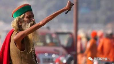 他本是個普通的印度人,直到有一天,他看著天空很想舉起右手,於是乎...