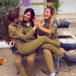 這名以色列女兵「精忠報國」投身軍旅,沒想到假日她卻露出「超胸真面目」...網友:「精」盡人亡了!