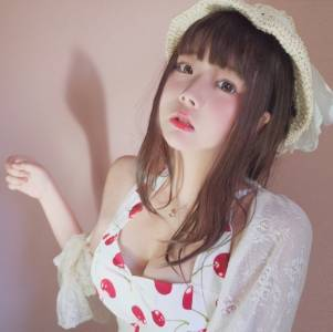 這位超萌妹子靠著「清純蘿莉臉」在網上吸粉無數,一張「出水白奶酪」微醺照更是讓網友忍不住狂噴!