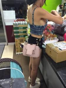 巨乳正妹去全家超商買東西,要結帳時「手一伸」竟不小心讓側乳外露...要掉出來了,想接!