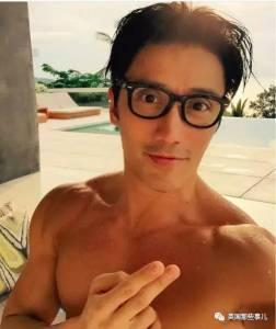 這個新加坡大叔堪稱凍齡帥哥.... 據說他50歲了... 你信嗎