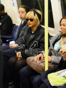 在地鐵捷運上,你永遠猜不到下一分鐘會看到什麼... 就是這麼驚喜,就是這麼刺激