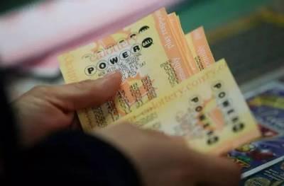 國外夫婦買彩票中36億,5個月後記者偷拍的場景,說出來你可能不信