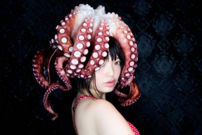 熱愛觸手的她決定「用活生生的章魚」拍出「究級幻想」誘惑照。當畫面拍到她被纏繞的下半身...