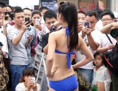 女子上傳「這張照片」到臉書,被狂罵又騷不檢點,沒想到「一解開藍色布條」網友就想跳樓了...