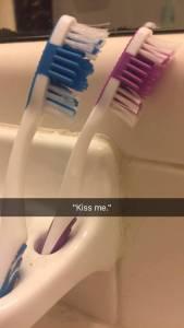 明明只是牙刷,卻給我放閃是怎樣!網路瘋傳超有事「牙刷親熱劇」,最後「那樣」了誰還敢用啦ww