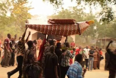 扛著棺材跳舞,時裝秀助興,辦個葬禮比夜店更嗨!這個國家的殯儀業才是真暴利!