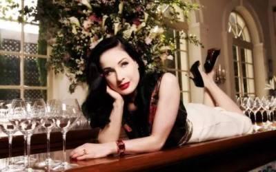 她在酒杯里跳脫衣舞,和小12歲男友戀愛,45歲還把全世界迷得神魂顛倒!