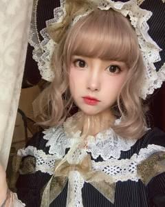 這名暗黑蘿莉被叫做「真人版洋娃娃」萌到超不真實,沒想到她一上傳「日常淡妝照」就讓網友狂吼暴衝了!