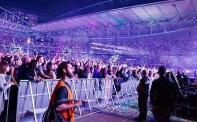 他發現「只要穿上反光背心」就會被當工作人員,膽大的他決定跑去「門票8千的演唱會」,結果...