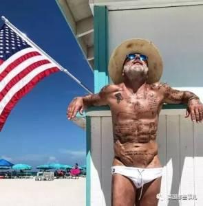 別人凍齡,他「裝老」...35歲的他,靠著一張「老臉」,成了老顏男神...