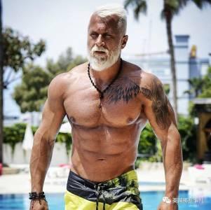 別人凍齡,他'裝老,35歲的他,靠着一張