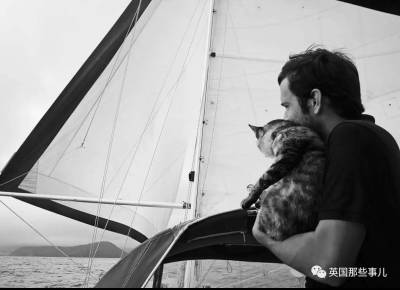 一邊開船一邊玩貓一邊把狗糧灑向全世界!我就想看你們還能怎麼花樣秀恩愛....