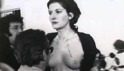 她曾全身赤裸,自殘,被尊為「行為藝術之母」!