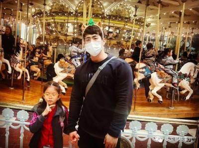 這位韓國小學老師,在學生面前是位好好老師,沒想到下班脫光衣服後竟然...
