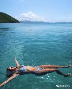 為了給女朋友拍張美照,小哥180度翻轉懸空水上倒掛金鈎…這樣的男朋友來一打好麼!