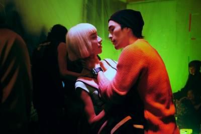 跨性別演員Kiwebaby第一次演電影《自畫像》就三點全露,除了激情舌吻,最後索性直奔頂樓「放煙火」...