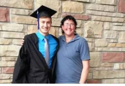 媽媽坐飛機回去埋葬兒子…空乘給了她一張紙巾,打開之後,她淚目了