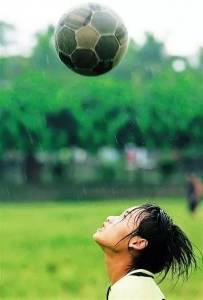 這群15歲就會結婚的女孩,一邊撿垃圾一邊踢球,竟連續三年勇奪世界冠軍!
