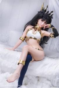 比混血兒還美!這個巨乳正妹 Coser 神還原《Fate》伊斯塔凛,結果網友看到「她的下半身」都忘記要看胸部了...