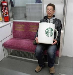 男子花8萬買下「巨大化星巴克杯子」,興奮的他馬上拿去買咖啡,結果店員竟然...肅然起敬XD