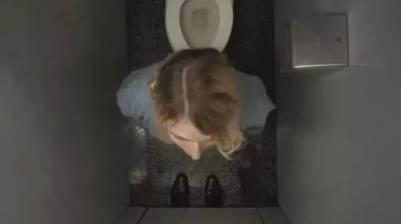 女孩跑進衛生間之後,發生了恐怖的事