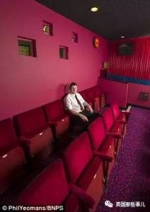 使用了一生的積蓄!在自家的後院打造了一個戲劇電影院,沒想到裡面的設備居然是....看完後簡直嚇呆了所有人!