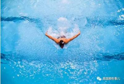 從女游泳隊的小胖妹到男游泳隊的小鮮肉..他輸了比賽,卻成了傳奇啊!