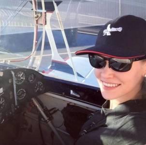 明明是特技飛行員,還要扮成宅女,用特技嚇傻飛行教練…求教練的心理陰影啊!