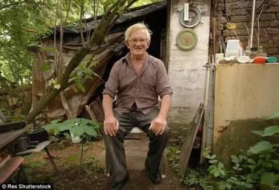 他在一個窩棚裡過著原始野人般的生活,沒想到居然成了全世界最有錢的流浪漢……