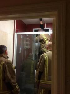 這名男子初次約到女性邀請到住處,女生在廁所做「前置準備」後,男子下一秒進去卻卡在玻璃中無法逃脫?!