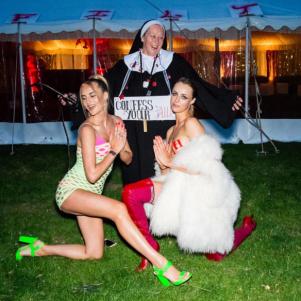 這對超狂姐妹花「絕對骯髒」生日派對,脫到近乎「淫穢」的一絲不剩 7老爸也化身花花公子的經典兔女郎。