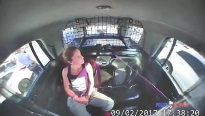 年輕女子被警察抓住後解開手銬偷走警車狂飆...