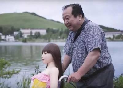 和真人相處太累,娃娃才是真愛!有這麼一群男人,他們更喜歡和娃娃在一起