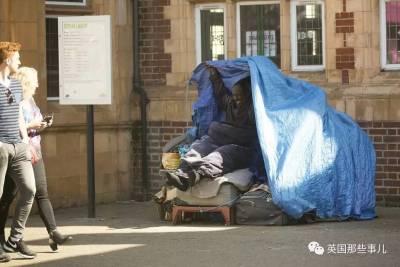 政府給房也不要... 這對流浪奇母子,兩人一椅,靜靜注視這整個世界...