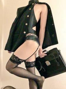 日本「黑絲透明內褲」誘人的設計緊貼「濕濕的肉體」,「蕾絲吊帶學生服」讓網民暴動「快要不行了!」