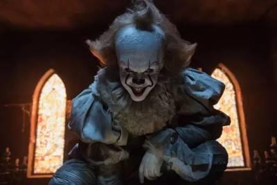 扮演小丑嚇壞無數觀眾,然而小丑面具下,卻是他美好的肉體和帥氣的臉...