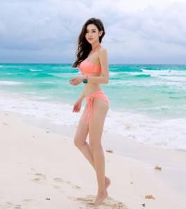 這名電眼韓國妹子氣質到「只可遠觀不可褻玩」,沒想到她「穿上比基尼」爆乳濕身模樣讓男人瘋狂「啊嘶暴衝了!」