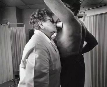 各種最奇葩的職業:女性采精員和避孕套監測員