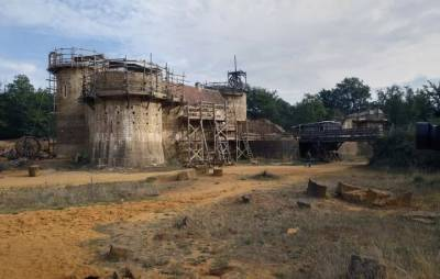 他們用中世紀的方式,建著一座中世紀城堡,過著中世紀的人生...