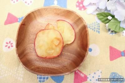 女子為加入「黑暗料理界」,把熱壓機調到爆高溫妄想做「鐵烙水果」!想不到結果太衝擊,網友嚇喊:農曆七月到了嗎!?