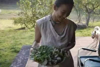 曾是性感的國民妖精,卻嫁「醜男」到鄉村做農婦,如今38歲的她被老公寵成18歲少女,只因...