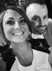 因為一張自認幽默的結婚照,這對英國夫婦讓數百對情侶的夢想婚禮…