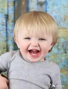 2歲小男孩夜晚野外失蹤... 萬幸,兩隻忠心的汪星人,瞬間開啟了生存和守護模式...