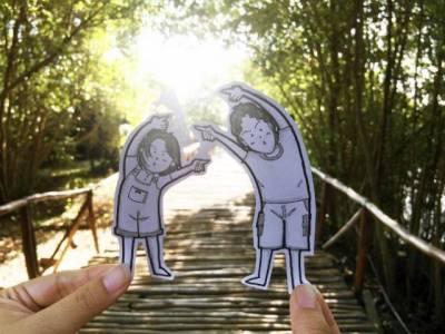 不用PS卻完爆自拍狂,小情侶用超萌小畫繪出旅行照……
